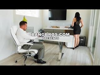 Решила вздрочнуть на порнушку, но босс застукал и оттрахал