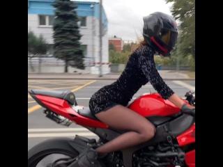 опять катает в платье😏 #мототаня девушка на красном мотоцикле