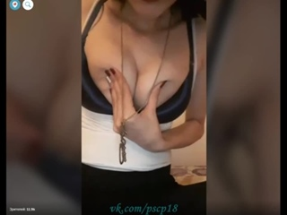 Сексуальная девушка показала голую грудь.  Перископ