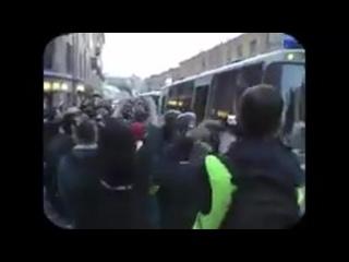 Поджидовский фашист-полицай на митинге  бьёт женщину кулаком в печень.
