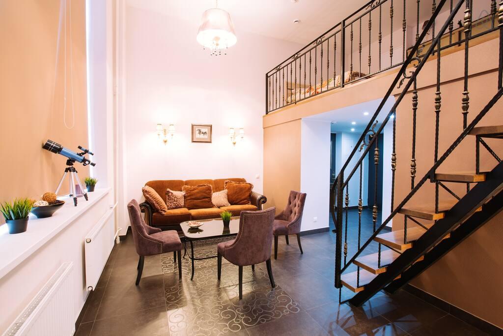 Двухуровневая студия в Москве с кухней-гостиной внизу и спальней наверху, метраж не указан.
