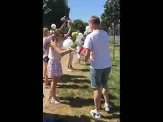 Парни раздают рафаэлки девушкам, стоящим с мирным протестом в Бресте