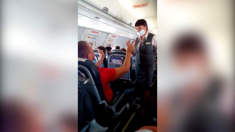 Из Турции в Витебск Пьяный пассажир в самолёте хамит и пристаёт к людям