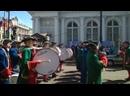 Тимофей играет на большом барабане на мероприятии в Питере