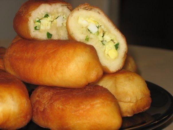 Жареные пирожки с зеленым луком и яйцом