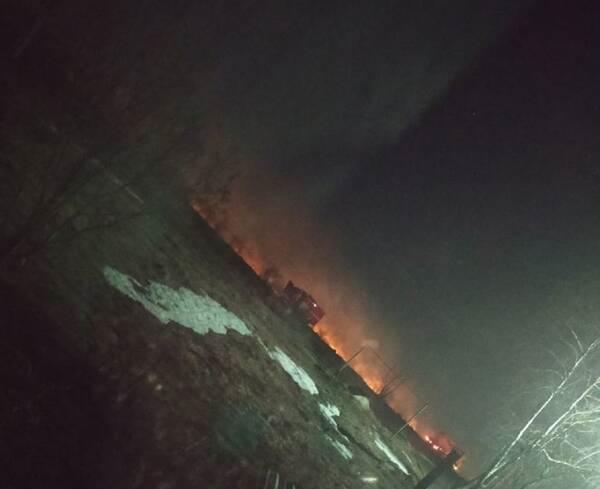 Ночью в Фокино загорелось поле с сухой травой