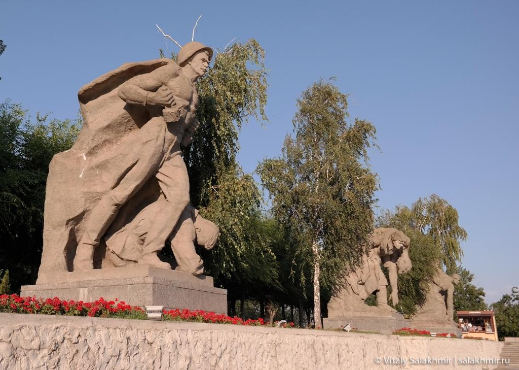 Скульптуры около Озера слез на Мамаевом кургане