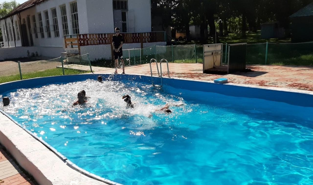 С воспитанниками петровского лагеря имени Аркадия Гайдара проводят игры и занятия по плаванию в открытом бассейне