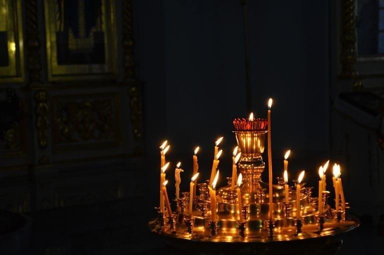 Сегодня, в субботу накануне православного праздника Троицы, верующие поминают своих умерших родственников