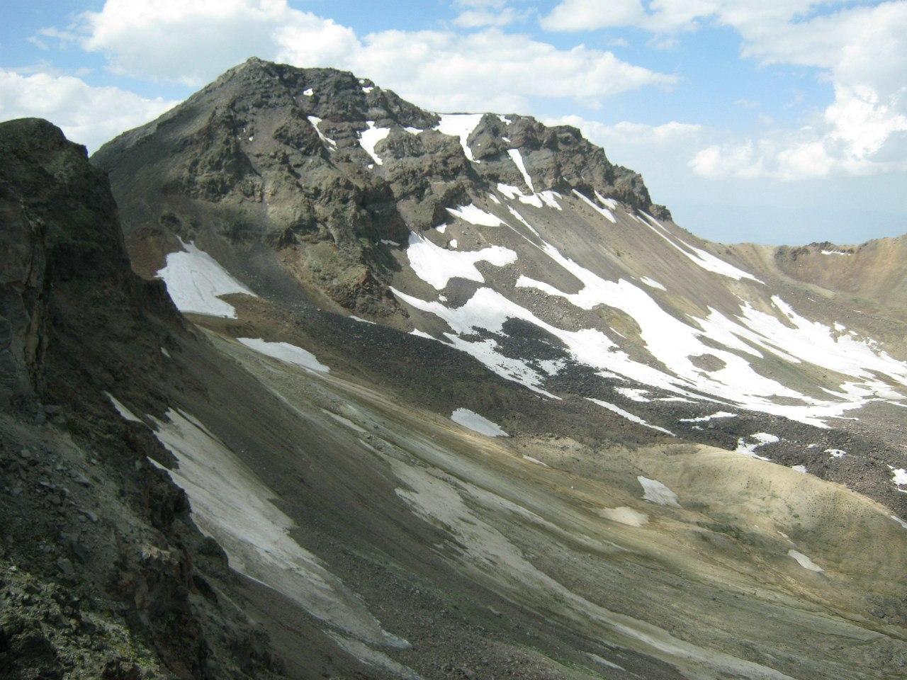 Вид на западный пик горы Арагац