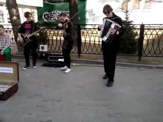 Уличные музыканты  сыграли Цоя (ВоК)