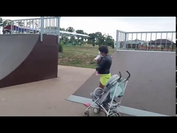 Мать не в адеквате решила покатать грудного ребенка в скейт-парке
