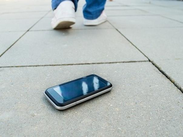 Как мы нашли телефон... Лет двенадцать назад это было. Нашли мы с женой мобильник. Гуляли у «Были», смотрим, лежит под кустиком. Дорогущий, «Noia» называется. Ну что, надо владельца искать.