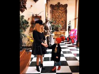Прогулка М. Галкина с сыном Гарри. А. Пугачёва с дочерью Лизой отправляются в магазин за подарками к 23 февраля (2019)