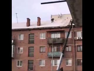 Рабочие чинят крышу без страховки